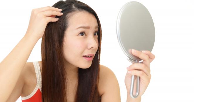薄毛を気にする女性