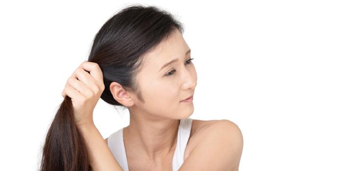 髪の毛を結わっている女性